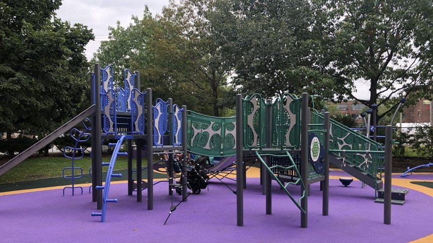 Jeux accessibles pour tous dans un parc de Saint-Henri