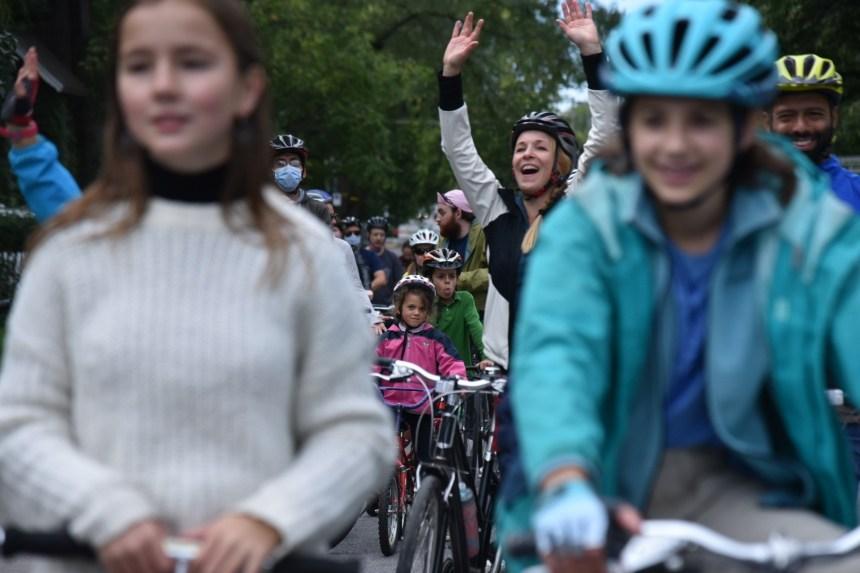 Des cyclistes manifestent contre le retrait de la piste cyclable sur la rue de Terrebonne