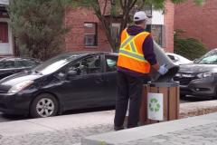 Vidéo: du recyclage jeté aux ordures par des éboueurs à Montréal