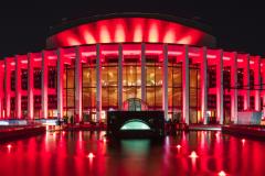 Le Quartier des spectacles s'illumine de rouge pour soutenir les artistes