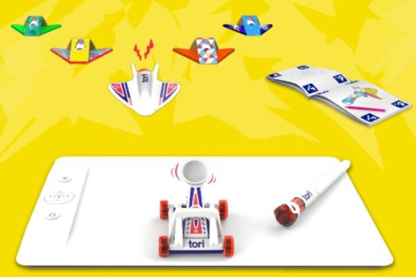 Le kit explorateur Tori vient avec différents jouets, une planche de jeu métallique et un cahier d'activités.