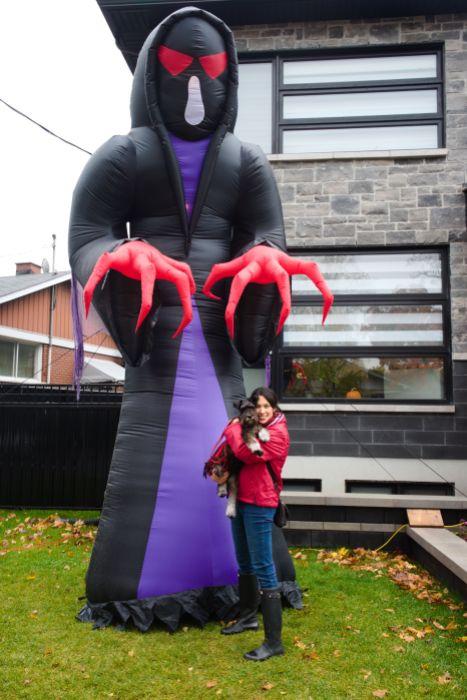 Sonia devant l'immense monstre gonflable qui surplombe sa maison.