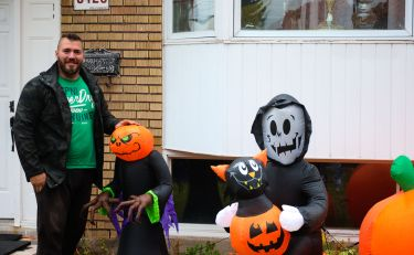 Encore incertain de passer Halloween, Frank a quand même pris le temps d'installer plusieurs décorations autour de sa maison.