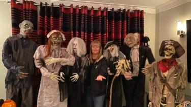 La conseillère Lili-Anne Tremblay fait appel à de nombreux personnages pour mettre sa maison dans l'ambiance de l'Halloween.