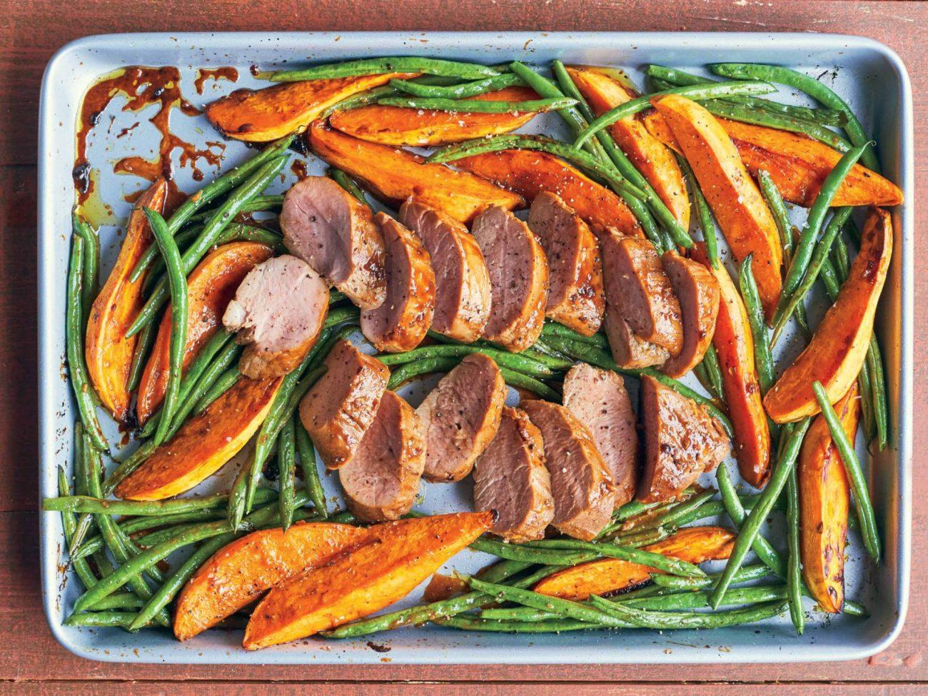 Plaque remplie de légumes et d'un filet de porc