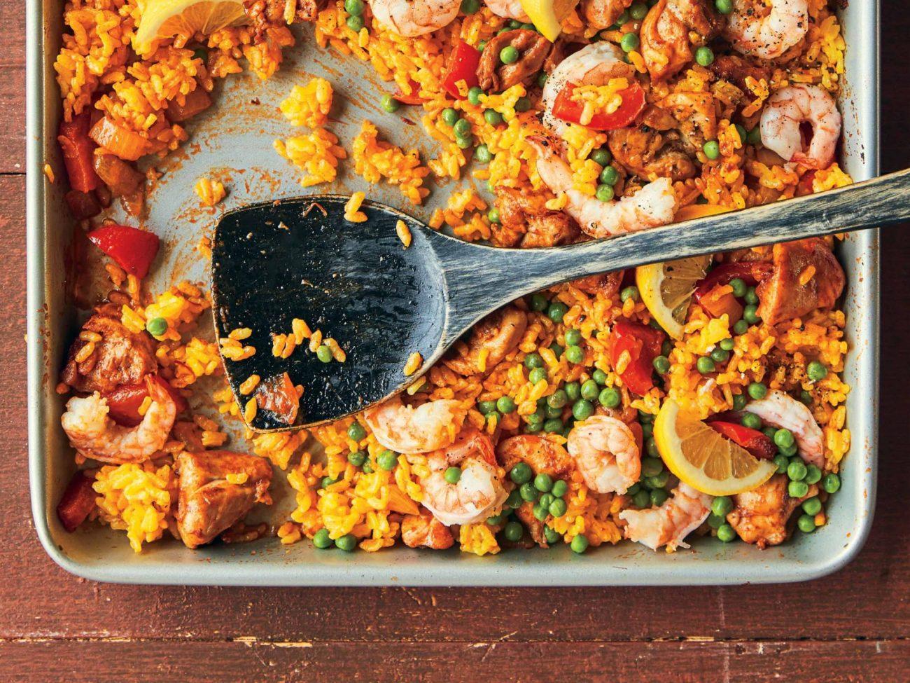 Plaque de cuisson remplie de fruits de mer et de riz