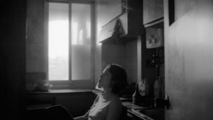 Une femme seule dans une pièce dans une capture d'écran du film The Cloud in Her Room