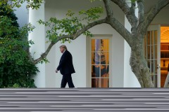 Trump met fin à une entrevue acrimonieuse et ne se prépare pas au débat