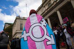 Le tiers des Québécois hésiteraient à embaucher une personne trans