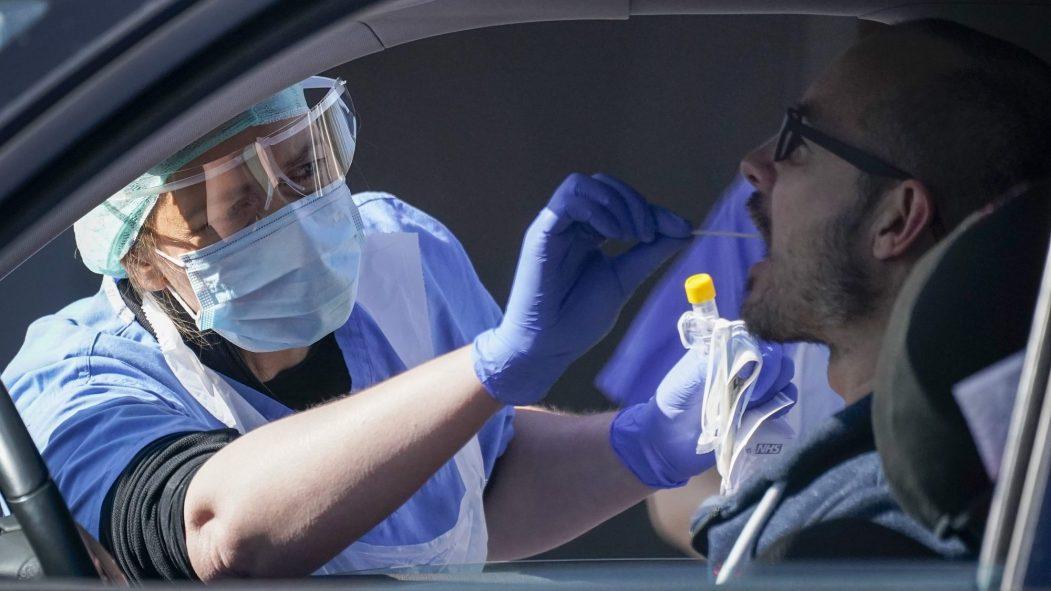 Un homme se fait tester à la COVID-19