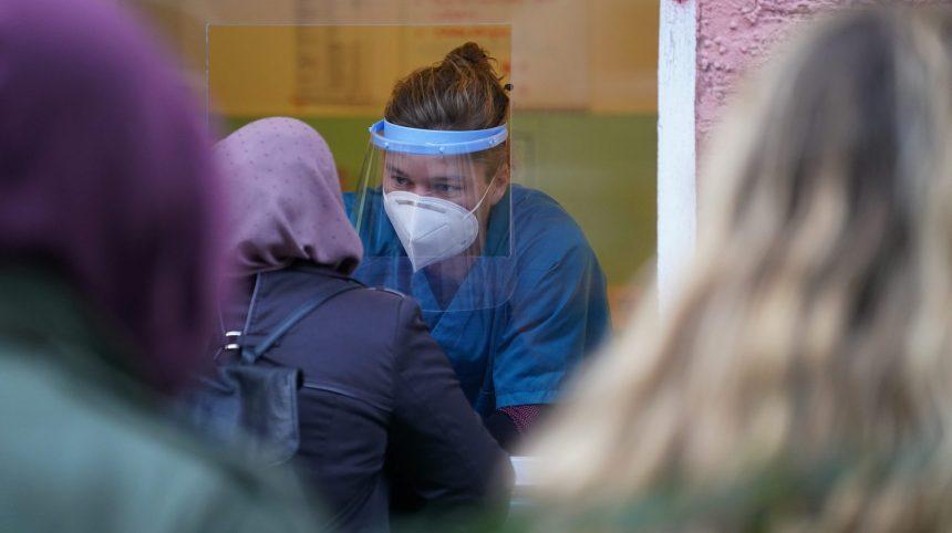 COVID-19: 843 nouveaux cas en 24 heures et 12 décès au Québec