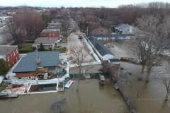 Résister aux inondations sur le bord de la rivière des Prairies à Cartierville