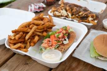 Guédille au homard avec frites, poutine et burger