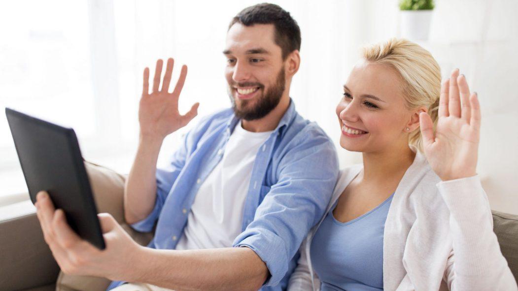 Un couple parle à quelqu'un par le biais d'une tablette