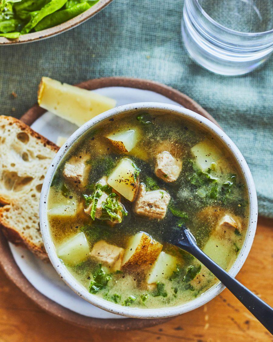 Bol de soupe aux pommes de terre avec un morceau de pain