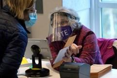 La guerre des masques se déplace vers les bureaux de scrutin