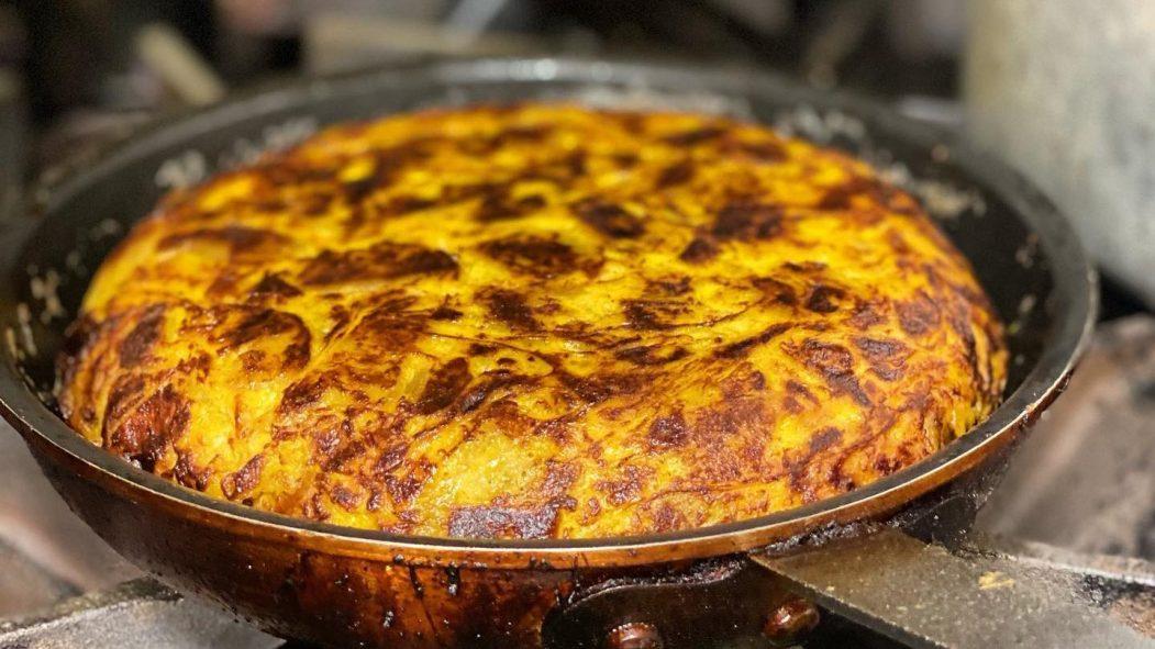 Tortilla espagnole qui cuit dans une poêle