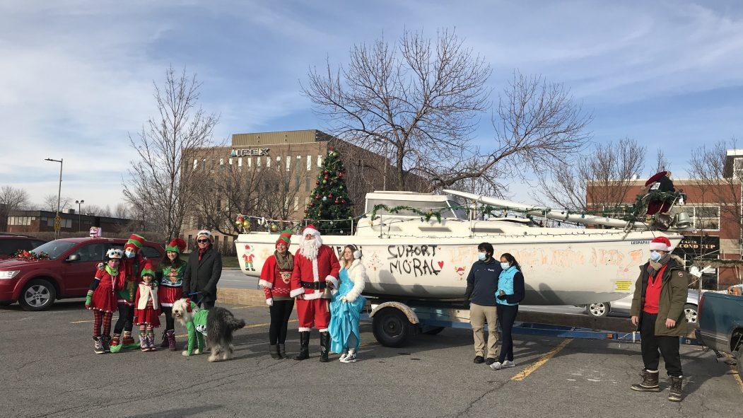 Des bénévoles ont lancé la parade du père Noël.