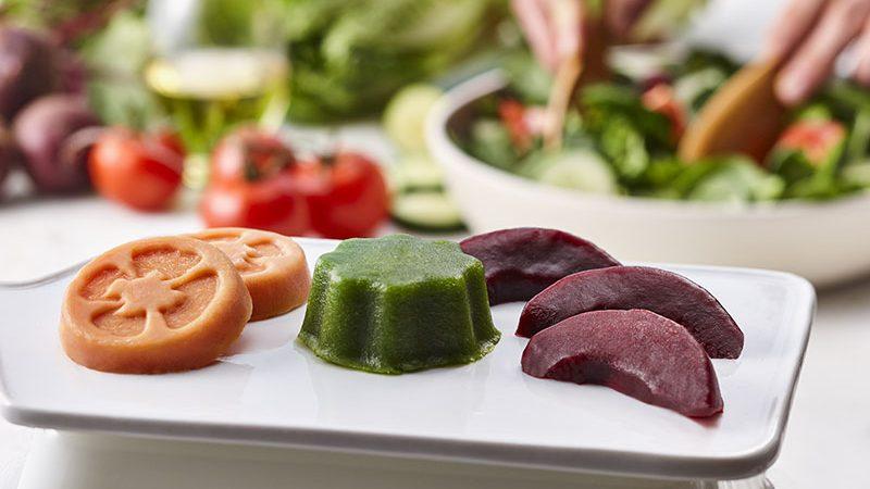 Aliments mous moulés en forme de tomate et autres légumes.