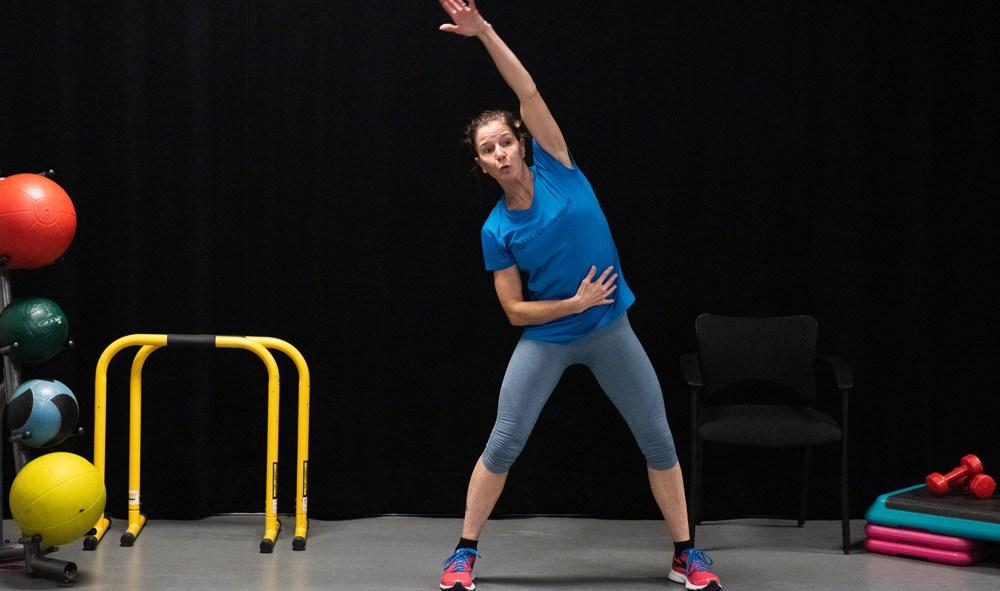 Femme donnant un cours sportif
