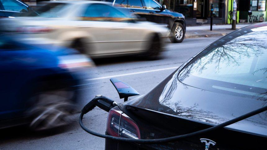 L'ex-ministre, Daniel Breton, lance un guide pratique de la voiture électrique