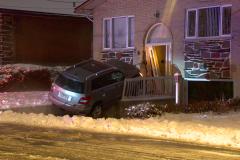 Une voiture s'écrase sur une maison dans Montréal-Nord