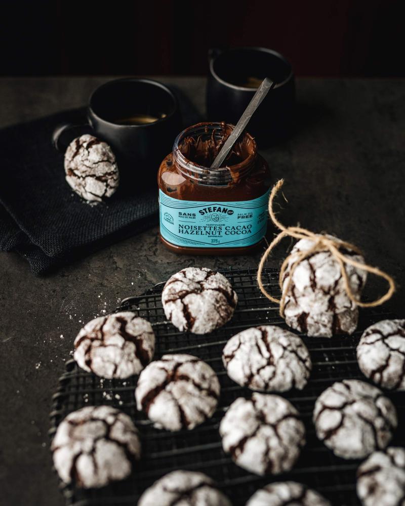 Biscuits aux chocolats devant un pot de tartinade de noisettes et cacao de Stefano.