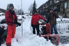 Des voisins solidaires dans la neige