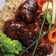 Général tao : Général tao, servi avec riz et brocoli, cuisiné avec des pépites de jackfruit frites au lieu du tofu, ce qui donne vraiment une texture de poulet !