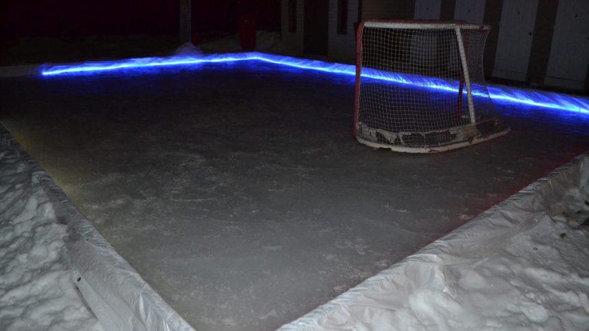 À Lachine, des voisins construisent une patinoire extérieure