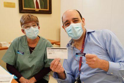 COVID-19: le Dr François Marquis a reçu sa première dose de vaccin