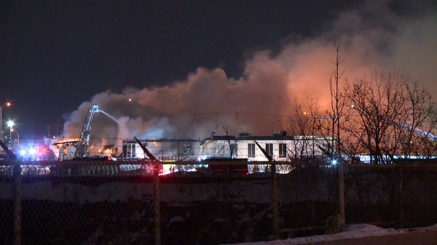 Un bâtiment vacant part en fumée