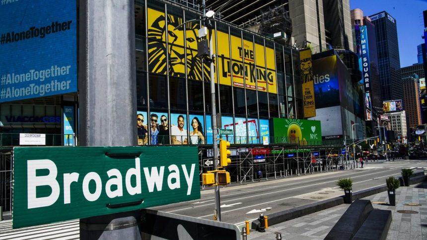 Paralysés par la pandémie, les théâtres de Broadway revoient leur programmation