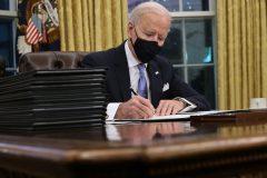 Biden signe 17 décrets, dont l'annulation du projet d'oléoduc Keystone XL