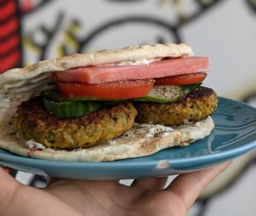 Pita falafel : Pita avec falafel, navet mariné, concombre, oignons et sauce à l'ail.