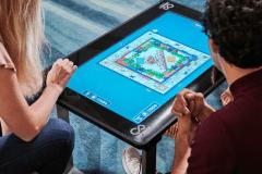 Jouer à des jeux de société sur une table numérique