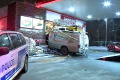 Une camionnette fracasse la devanture d'un dépanneur