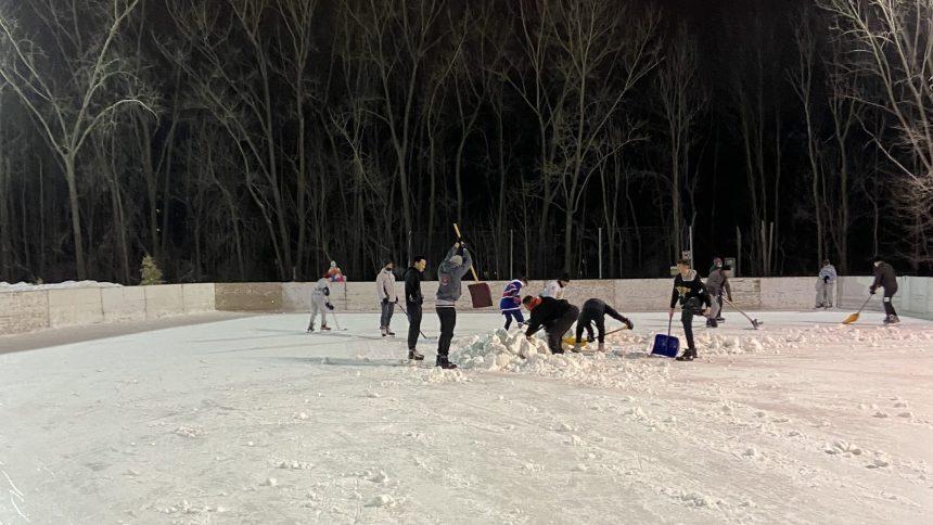 Des buttes de neige au centre des patinoires pour décourager le hockey