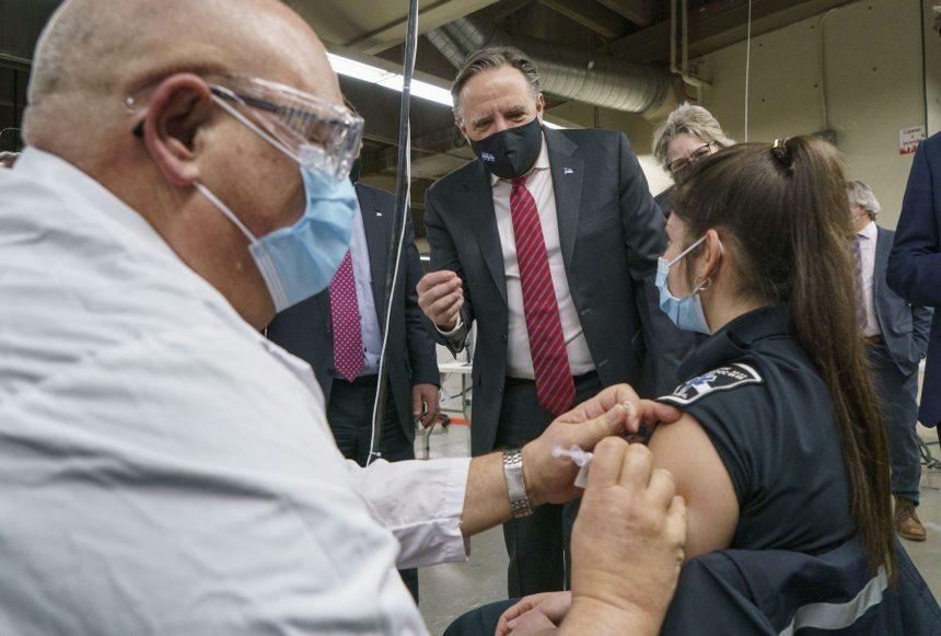 COVID-19: la vaccination de masse se met en branle