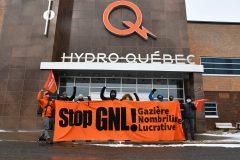 Déploiement de bannières en opposition à Énergie Saguenay