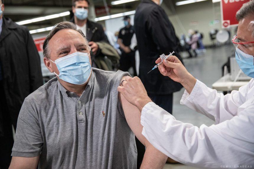 COVID-19: un François Legault vacciné évoque le début d'une troisième vague