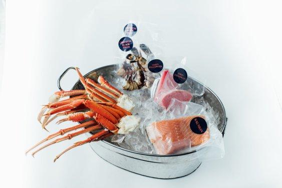 Moyenne Boîte : 2 Pavés de Saumon, tlantique Canadien Frais, 2 Steaks de Thon Yellowfin, 4 Crevettes Tigrées coupe Papillon, 4 Sections de Pattes de Crabe