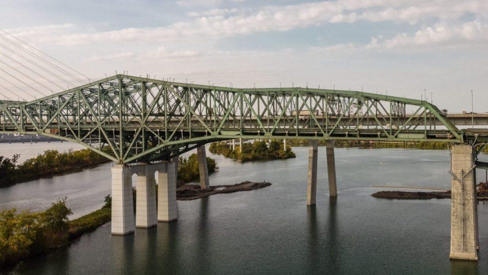 Des pièces du pont Champlain.