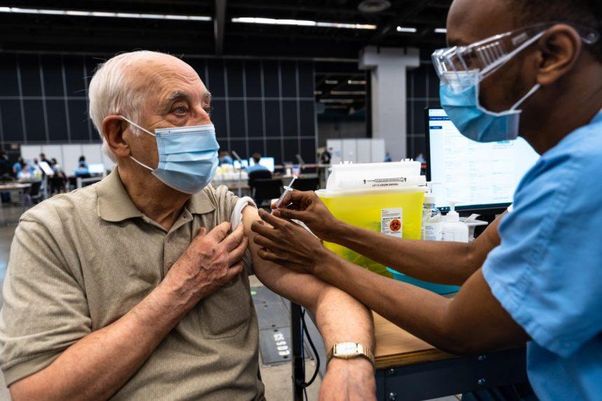 Vaccination: des octogénaires satisfaits au Palais des congrès