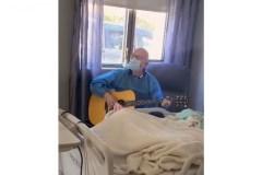Patrick Norman chante doucement une chanson à sa maman en soins palliatifs