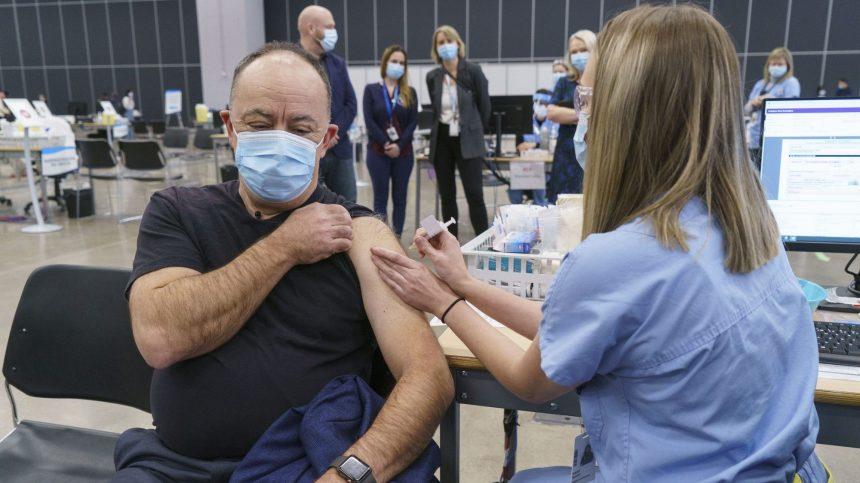 Le ministre de la Santé Christian Dubé a reçu sa première dose d'AstraZeneca