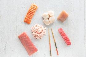 Boîte Sushi : 1 Longe Thon Yellowfin Frais, 1 Filet Saumon Frais qualité tartare , 1 Paquet de Crevettes Nordiques, 1 Saku de Thon Albacore, 4 Pétoncles U10