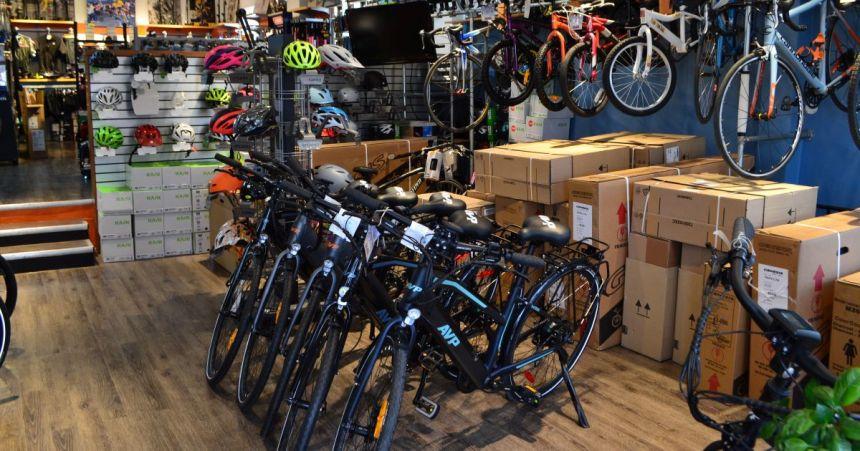 Les boutiques de vélos pédalent fort pour répondre à la demande