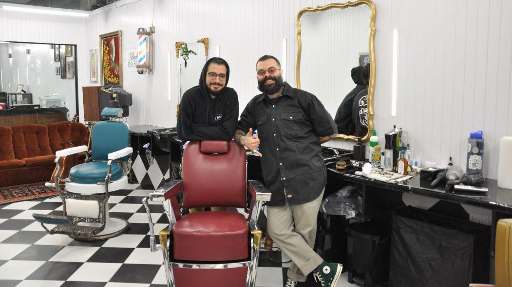 Franco Sciannamblo et Angel Gonzalez sont prêts à accueillir les clients dans le salon de barbier et tatouage.