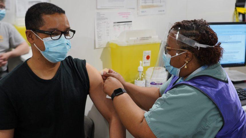 Lionel Carmant à la défense du vaccin Astrazeneca